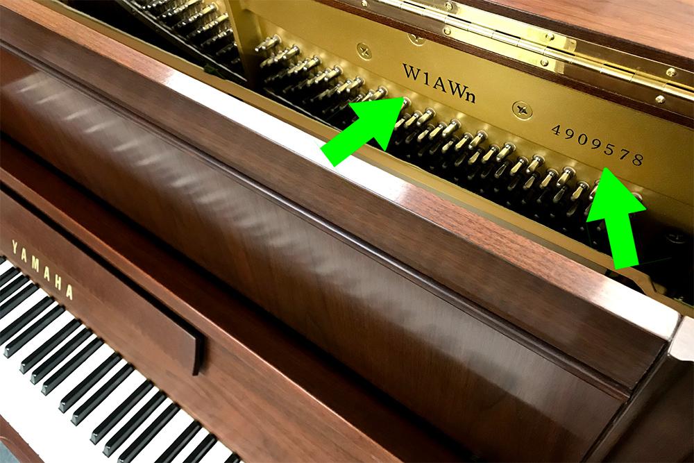 機種と製造番号の位置 (アップライトピアノ)